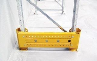Protezione piantana su scaffalature industriali metalliche portapallet
